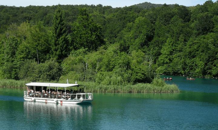 Hajózás és csónakázás a Plitvicei-tavakon Horvátországban