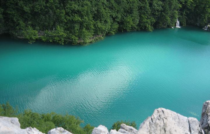 A csodálatos égszínkék vizű Plitvicei-tavak